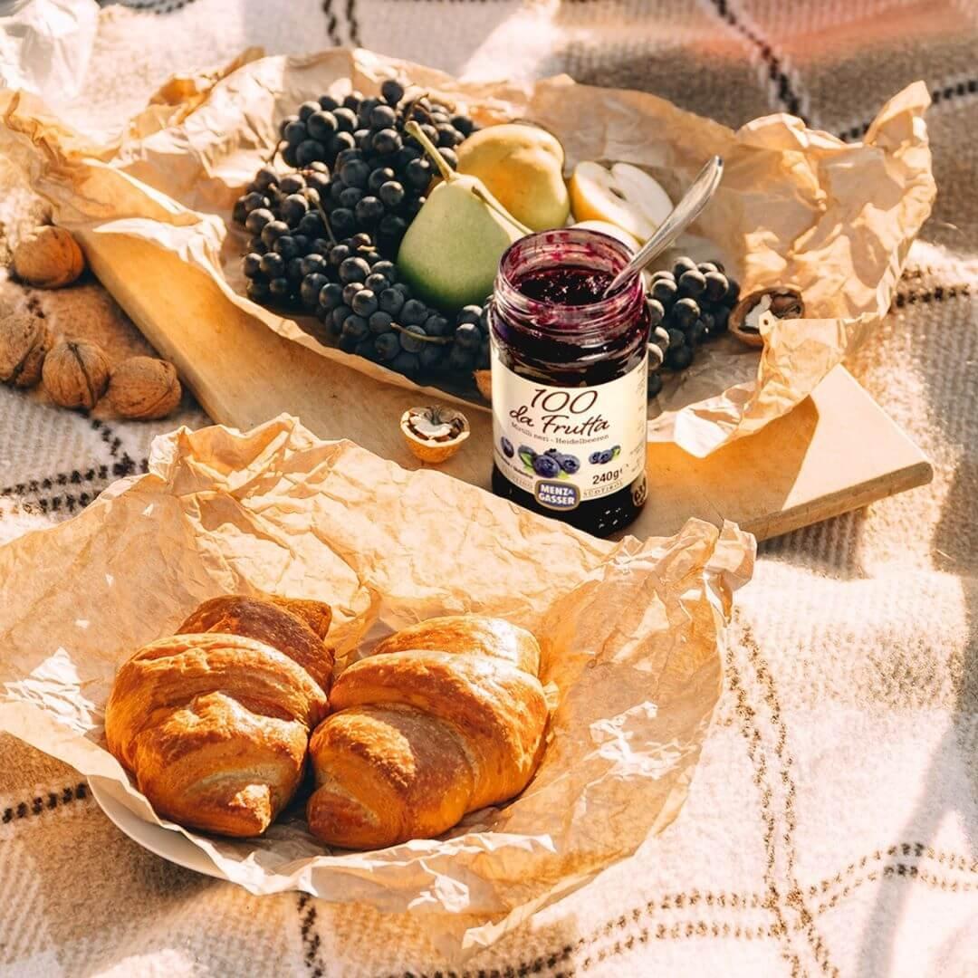Zajtrk z rogljički, grozdjem in marmelado Menz & Gasser borovnica z manj sladkorja